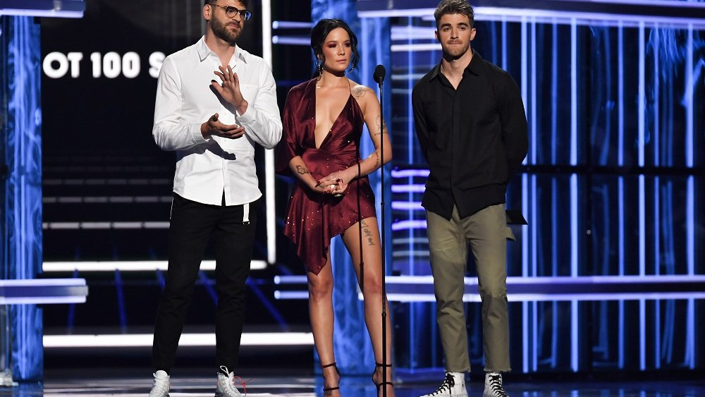 .@Halsey and @TheChainsmokers honored #Avicii at the #BBMAs https://t.co/V0dRGe7aLP https://t.co/m3FIiI2M4l
