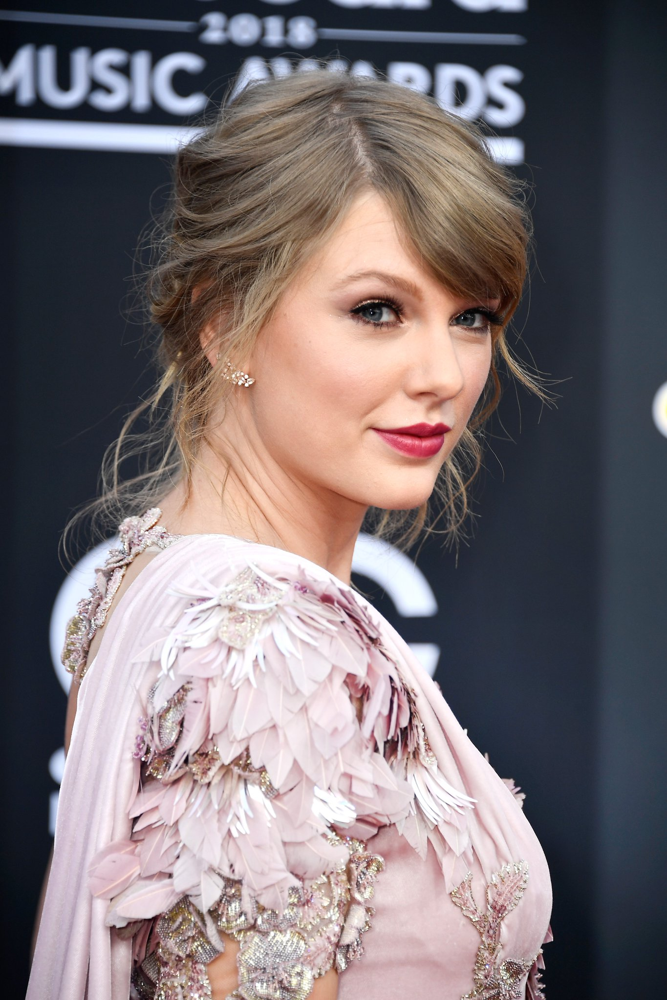 .@taylorswift13 looks so stunning �� #BBMAs https://t.co/d5M7I9YaqN