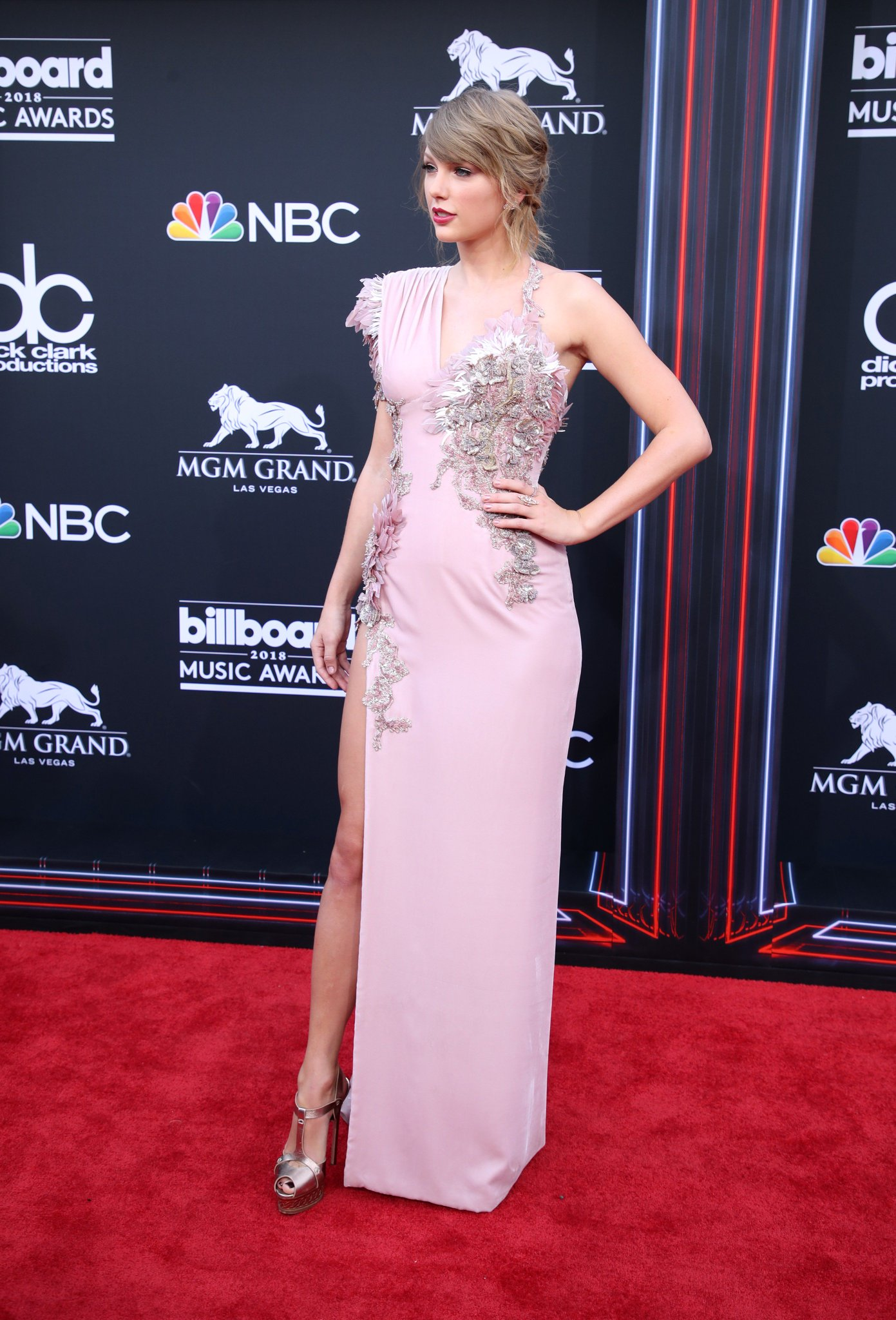 .@taylorswift13's full #BBMAs red carpet look. https://t.co/Rkv0D6HaMi https://t.co/CrukypvDMl