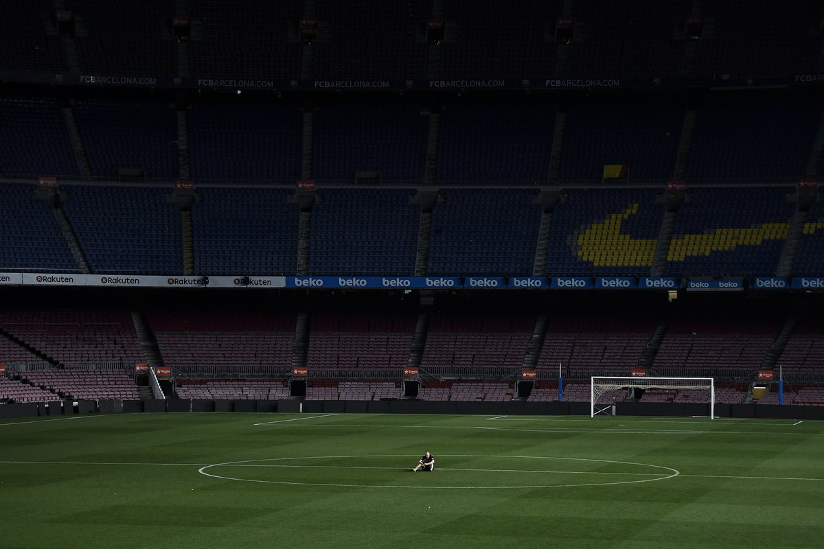 Andres Iniesta takes in one last moment alone on the Camp Nou pitch  😭😭 #inifinit8iniesta
