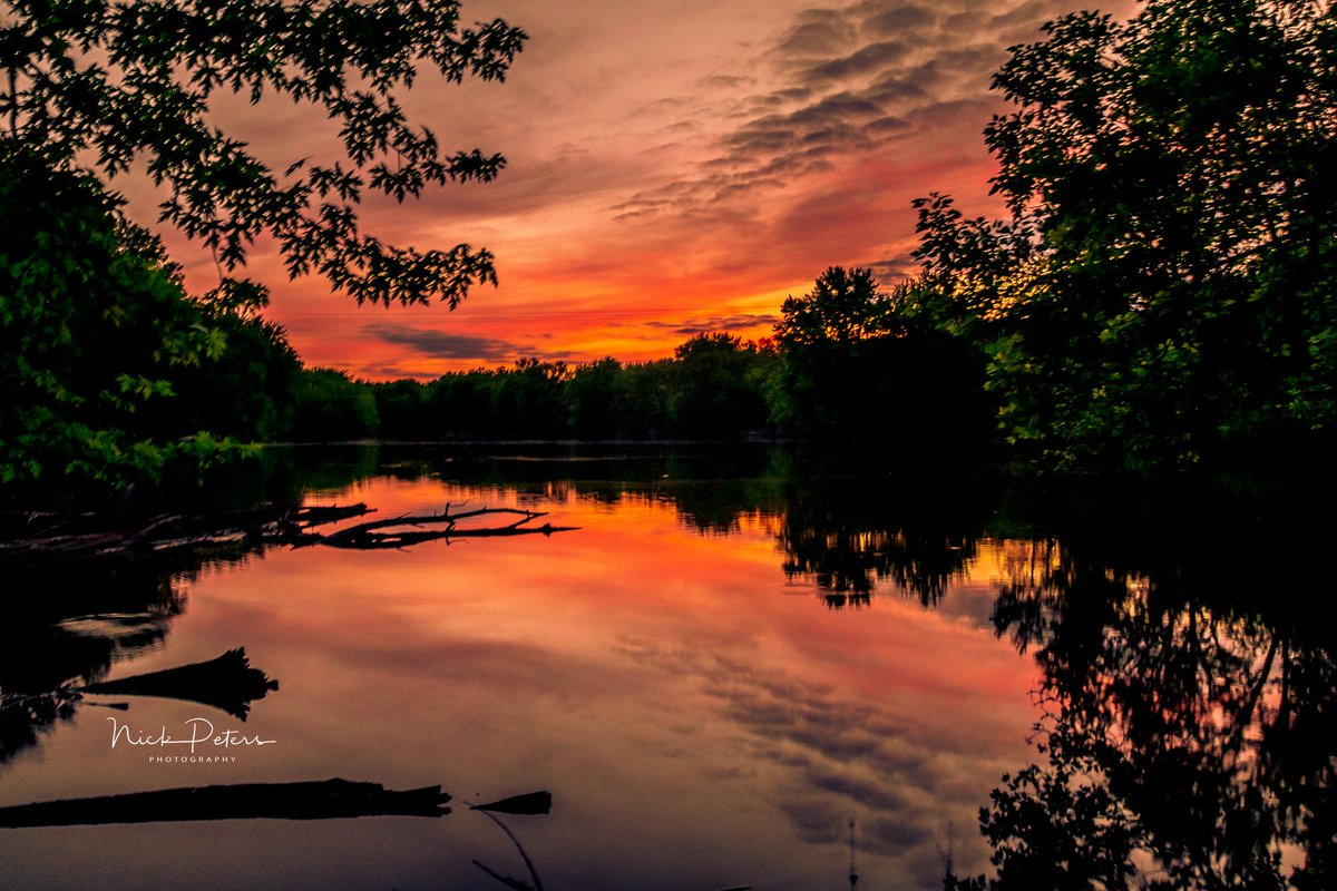 SPECTACULAR! Tonight&#39;s sunset seen from Belle Plaine, Minnesota. Photo courtesy of @NickPetersPhoto #Sunset #MNwx<br>http://pic.twitter.com/IcPYiMum8A