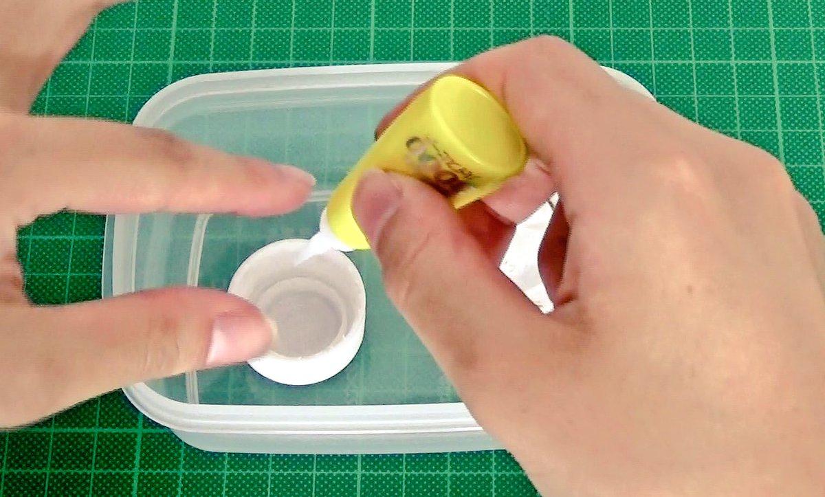 指紋をとりたい!となったら、瞬間接着剤と一緒に密閉容器に入れてみましょう。 指で触った部分が白く浮かび上がります🕵️  劇場版コナンでも、指紋検出に用いられましたね(*•ω•*人)  #探偵の日
