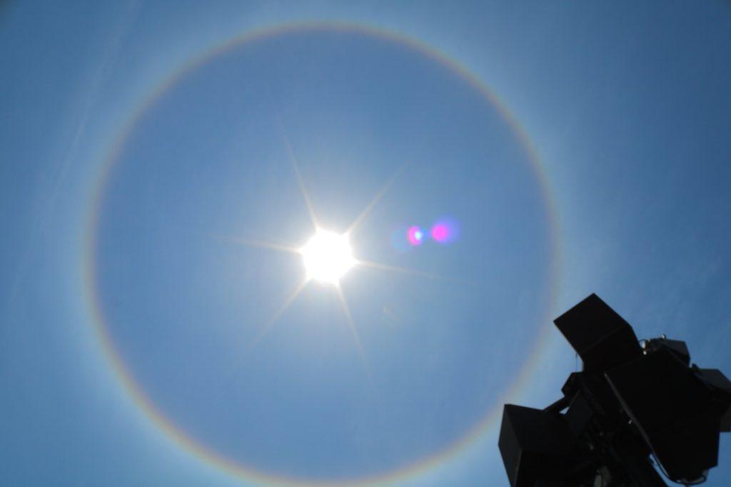 ヒューゴさんとオーシャンの指差す方向を見たら太陽の周りに虹が〜。ハロ現象。