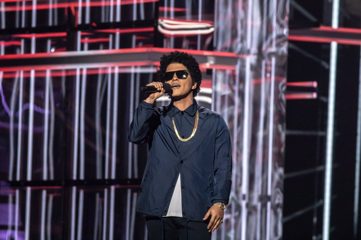 Surprise appearance from @BrunoMars! ✨ He presented @JanetJackson with the ICON Award! #ICON_JANET #BBMAs