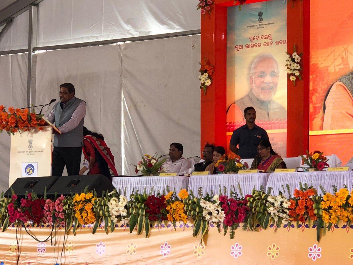 #BPCLLPGBalangir shri. D.Rajkumar, C&amp;MD BPCL welcoming the distinguished dignitaries<br>http://pic.twitter.com/8y9HcURviW