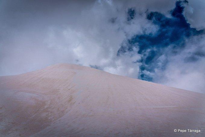 ¡Espectacular! ❄☃ Todavía queda mucha #nieve en #SierraNevada (#Granada). El 'manto blanco' se ha visto alterado en su tonalidad por el efecto reciente de las intrusiones de polvo africano. Imágenes: Pepe Tárraga.