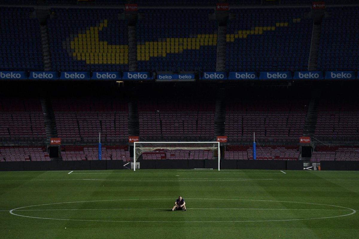 Andrés Iniesta seul au milieu du Camp Nou hier soir. Quelle image 😢