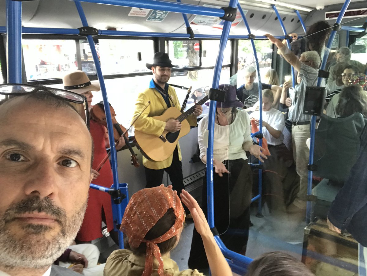 """Ambasador Fabrici, zajedno sa ostalim putnicima autobusa 26, uživao je u predstavi na točkovima 🚌 """"Ne/vidljivi grad"""" @DAHTeatar koja je izvedena danas povodom Međunarodnog dana kulturne raznolikosti 👇 #EvropaZaKulturu #EuropeForCulture"""