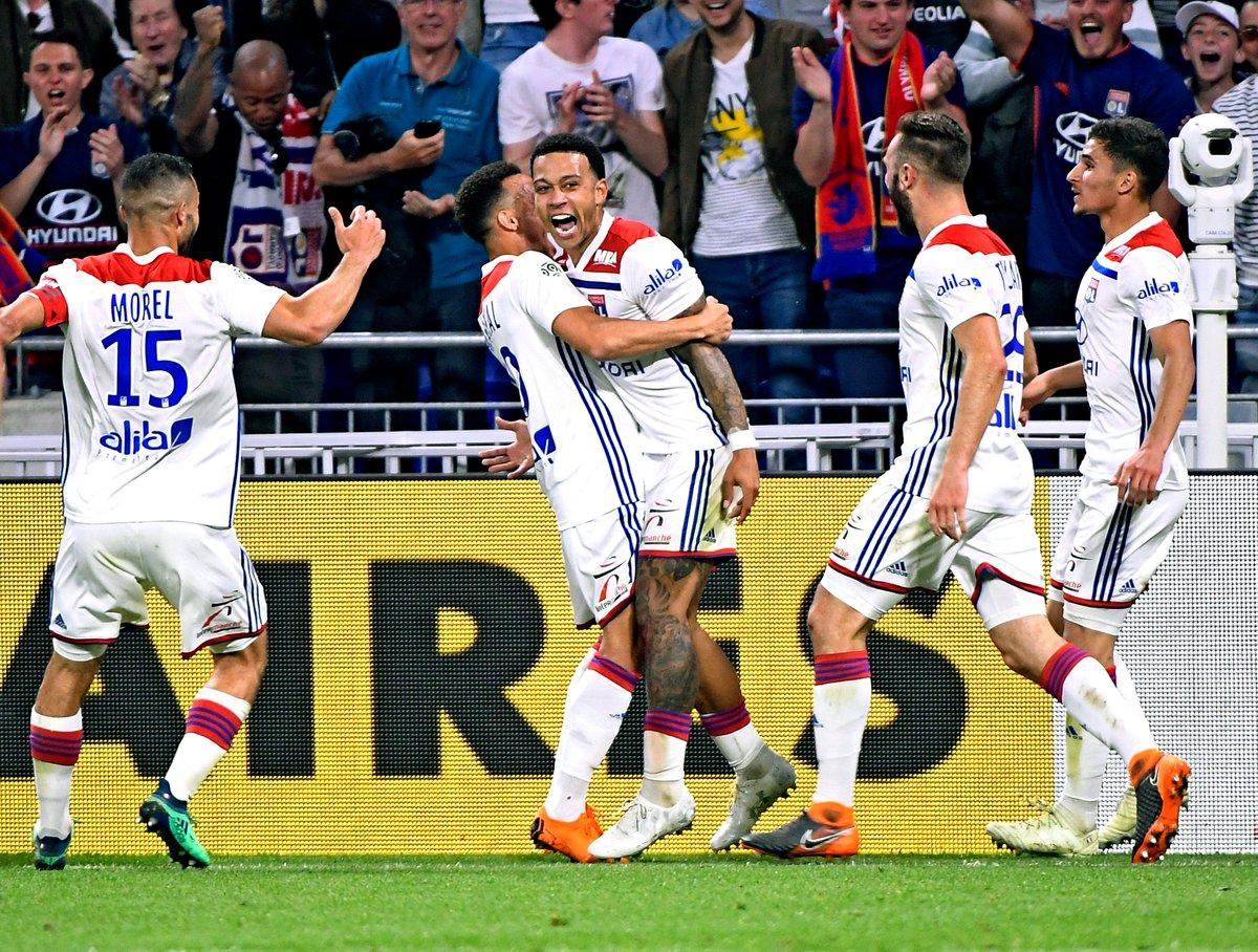 Après le triplé de @Memphis, tentez de remporter le nouveau maillot porté par notre attaquant face à Nice ! 🔴🔵  👉 RT le post et follow @OL !