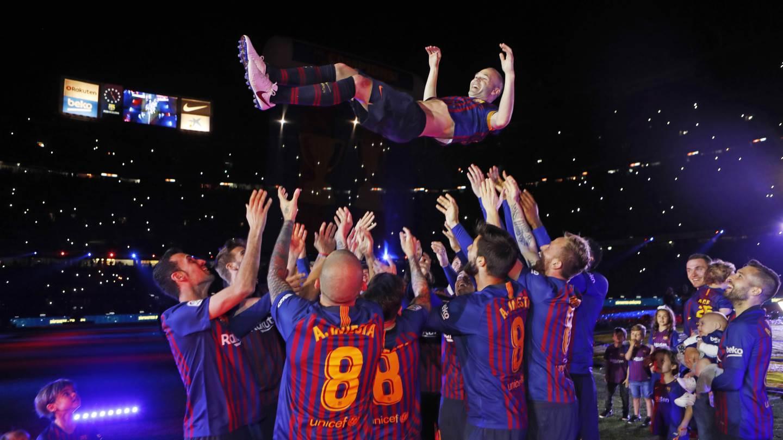 �� Siempre ovacionado �� Nunca expulsado �� Un jugador de leyenda ��❤ #infinit8Iniesta https://t.co/kWi4hyiF7K