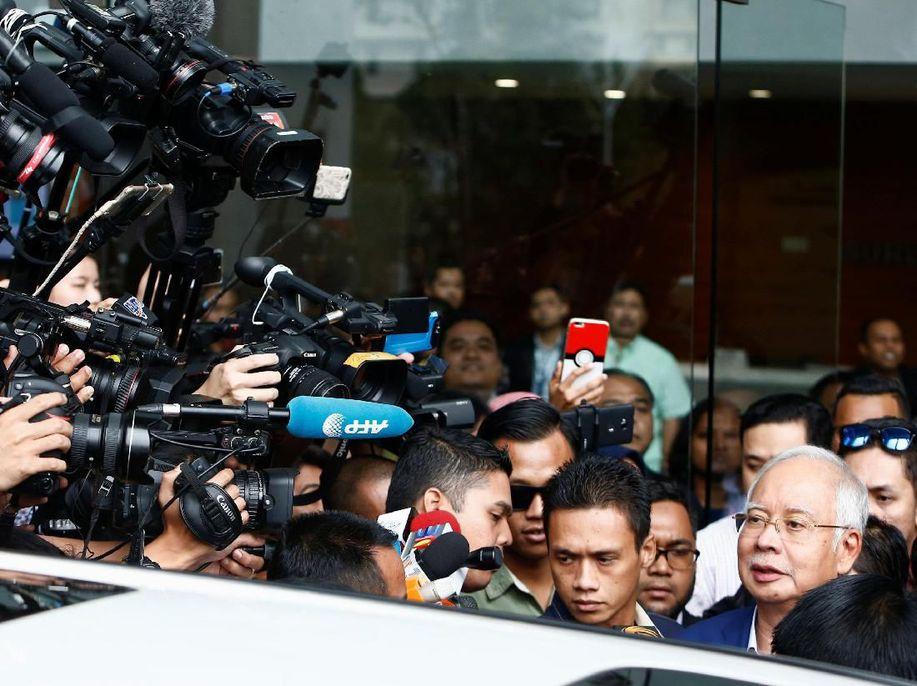 5 Jam Ditanyai Komisi Antikorupsi, Najib Keluar Berwajah Lelah https://t.co/aH01l1VcOn https://t.co/zjx7Vv24K7