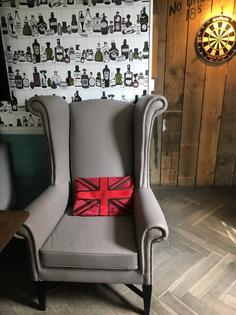 Our #KingChair is back and looking great after his reupholster   @RamPubs @BIIandBIIAB #BIILOYA18 @WimbledonScene #wandsworth #earlsfield #sw18 #wimbledon #southfields @YoungsPubspic.twitter.com/Q92swSGIZa