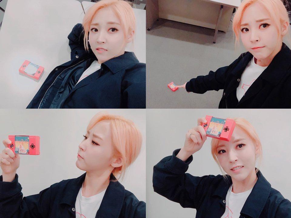But she retouching her hair  RIP ME  The cutest album ever  #문별_셀피쉬_23일_6시  #MOONBYUL_SELFISH<br>http://pic.twitter.com/a18XUkJ7D6