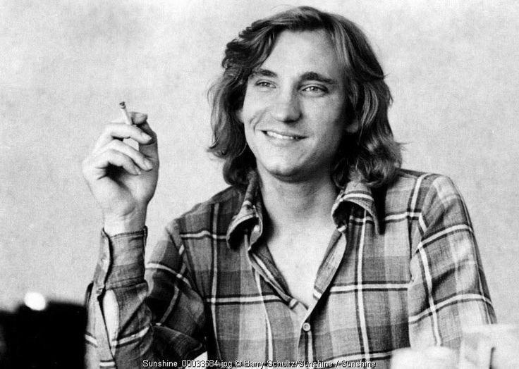 Joe Walsh fuma una sigaretta (o erba)