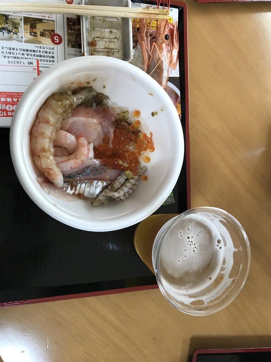 """『名探偵コナン』ファミリーの青森旅行♪新青森駅から貸切バスで昼食会場の青森魚菜センターへ、自分で具をチョイスする名物""""のっけ丼""""をビールと供に頂く♪新鮮な海の幸、美味しかった(*^^*)v  #帝丹小OBin青森"""