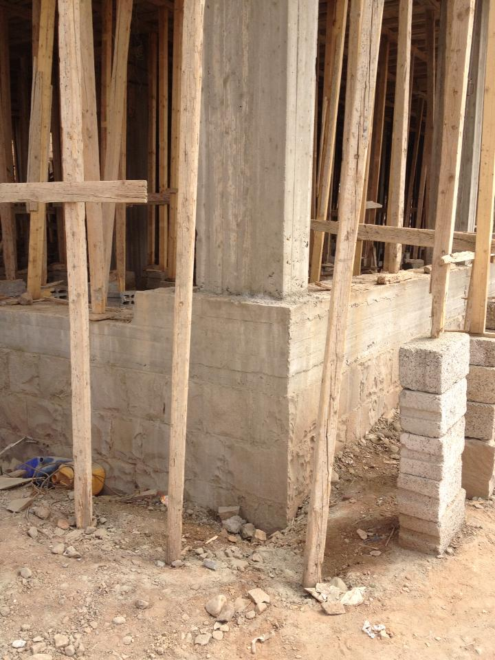 مهندس عبدالغني الجند A Twitter بنصح في نظام الجدران الحاملة ان تنفذ ميدة فوق الكرسي ثم تستمر الجدران الحاملة من فوق الميدة لكن بدون زراعة اعمدة في الميدة كما في الصورة لان