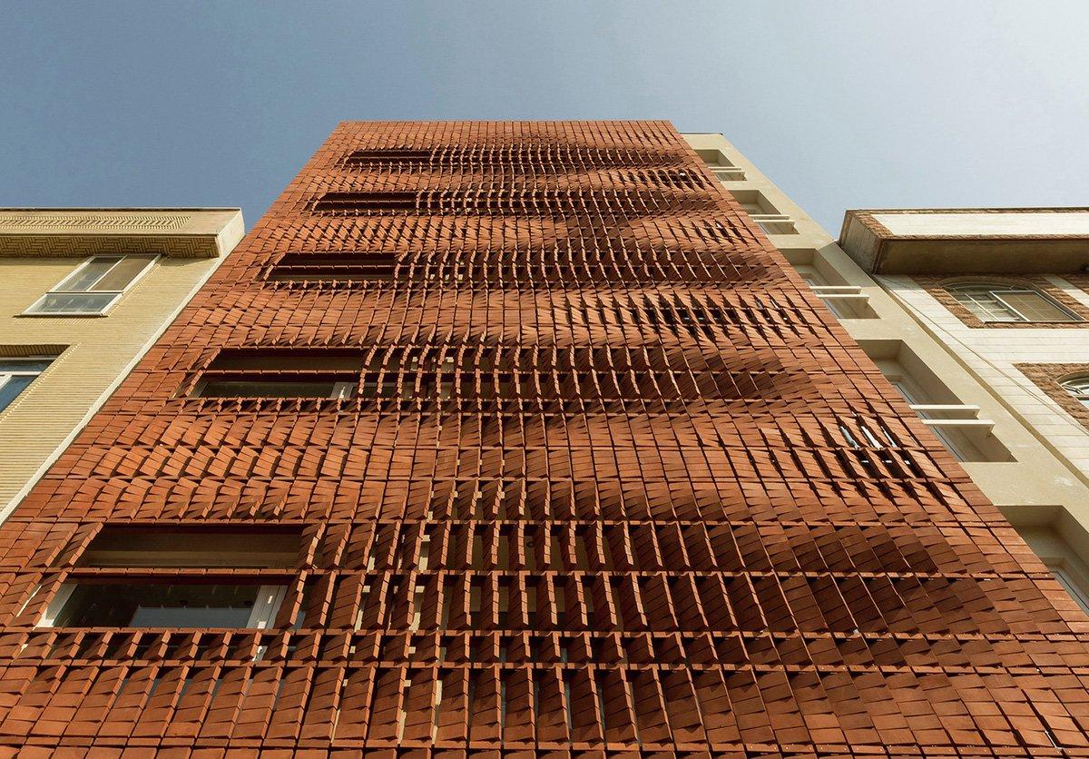 кирпичная кладка многоэтажного дома