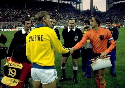#Sweden captain Björn Nordqvist and #Netherlands captain #Johan #Cruyff shake hands before the first round match (0-0). In this match the 'Cruyff Turn' was born. #Holland74 #Holland #Oranje74 #Oranje #Nederland #FIFA #WorldCup #Mundial  #WK74 #football #voetbal #futbol #itaned https://t.co/ECK9Smx7vq
