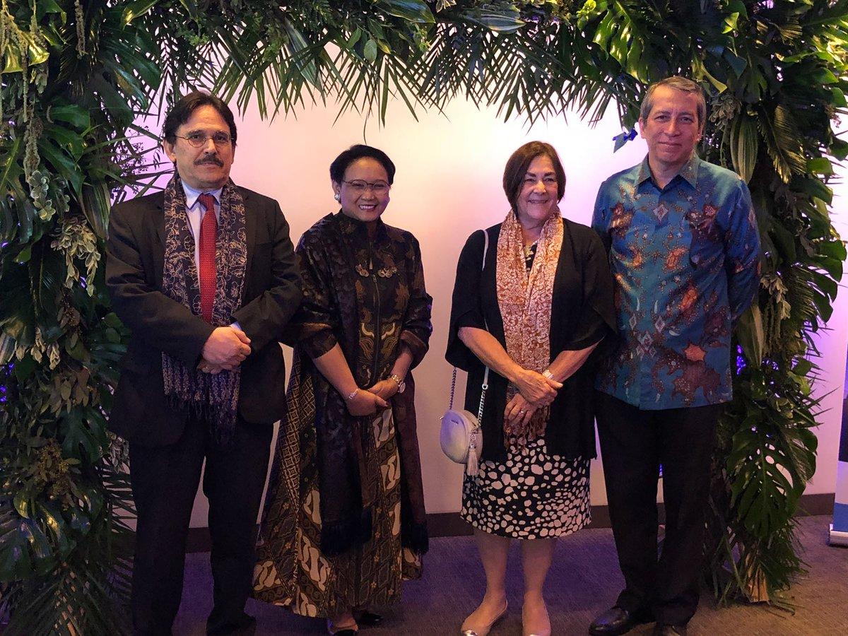 Hasil gambar untuk Kemenlu memakai Batikdi UNESCO