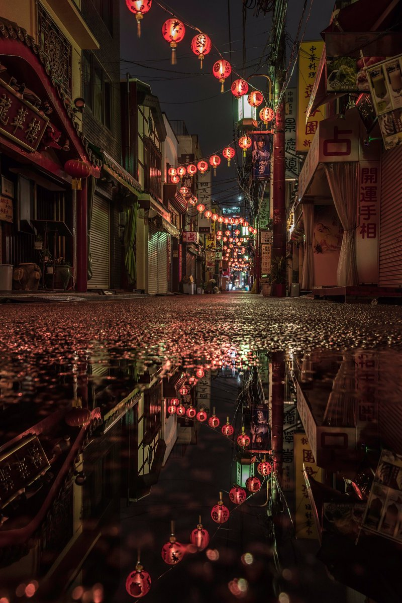 雨の横浜中華街☔☔☔ ここ 千と千尋っぽくない?