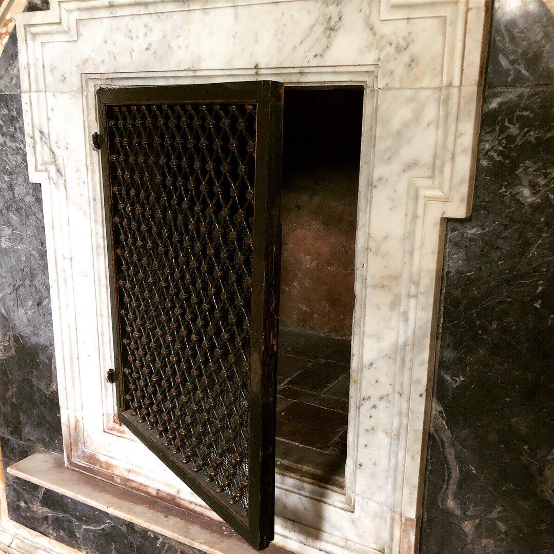 La cella di san Gregorio, papa morto nel 604, nella chiesa di San Gregorio al Celio a Roma. Gregorio avrebbe dormito su queste pietre, una delle quali nascosta ora dietro la grata #santo #gregorio #romaconimieiocchi #romeisus @romewise @JPaul33267538 @Gianlucapica91 @archivetro