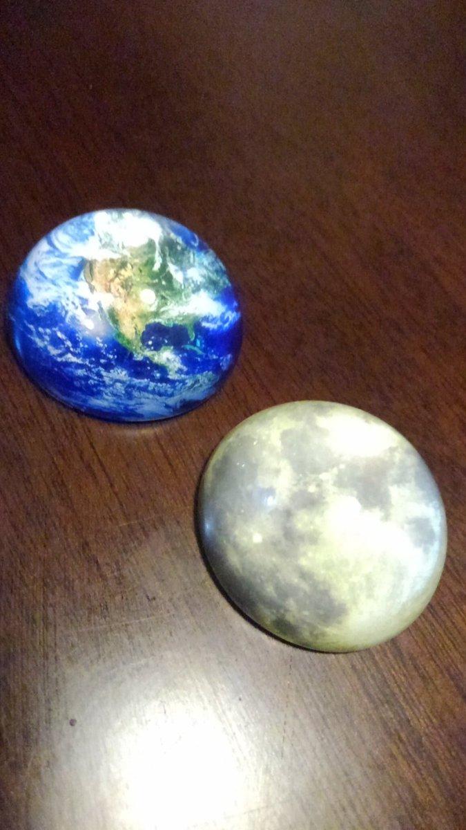 test ツイッターメディア - そして #セリア の誘惑に勝てず、ついに買ってしまったペーパーウエイト地球&月。これ考えた人すごいな、それとも先行商品があったんだろうか。地球がどこのあたりを写してるのかは私には分かりませんでした。  当然 #ドール小物 でごさいます! #seria https://t.co/Hpj8k7qxKS