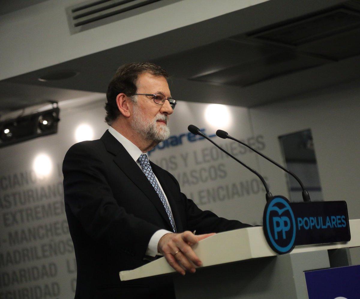 Renuncia Rajoy a sus cargos en el PP