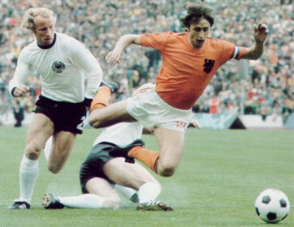 Germany's Berti #Vogts is beaten, the tackle of Uli #Hoeness is too late, #Johan #Cruyff is fouled. Penalty for #Holland in 2nd minute of the finals of #FIFA #WorldCup74. #Holland74 #Oranje74 #Oranje #Nederland #Netherlands #Germany #mundial #futbol #futebol #football #voetbal https://t.co/y7CpWMuCYd