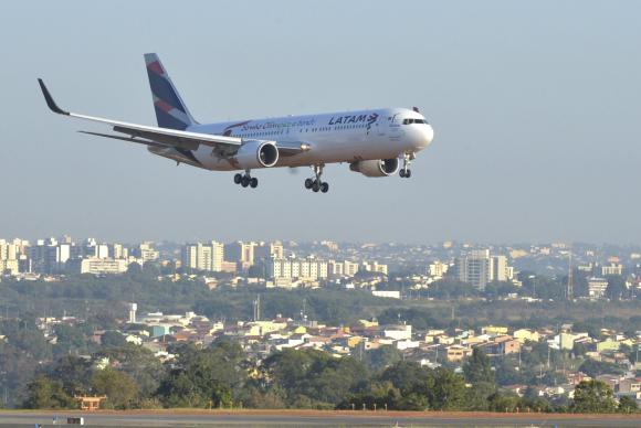 Relatório da Infraero diz que três aeroportos estão sem combustível https://t.co/IW6OxR1lFX   📷Antonio Cruz/Arquivo Agência Brasil