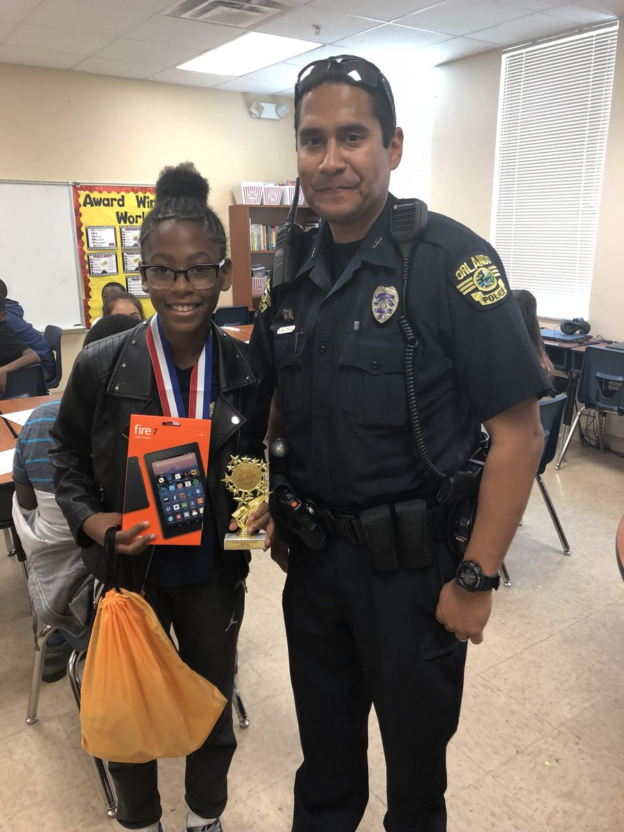 Officer Maldando celebrated 5th grade Panda Super Kids class essay winners! Congratulations to Diana for writing the winning essay! @SWLC_OCPS @OrlandoPolice #ProudPanda1