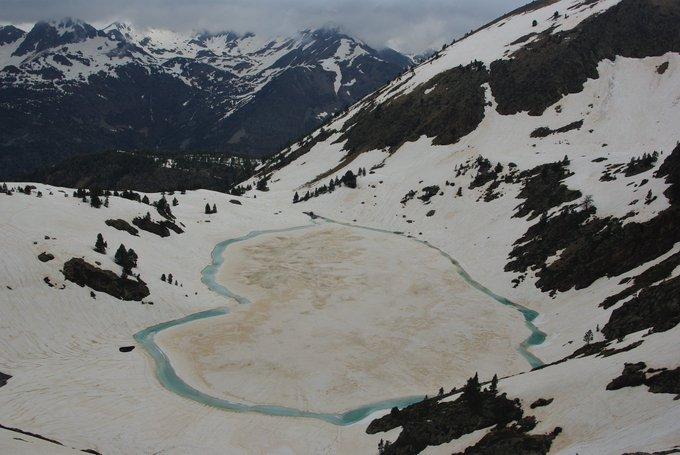 L'estany d'aixeus a la #VallFerrera  encara s'amaga sota  neu! Aquest estany es troba als peus del Monteixo a 2363 msnm. #ALPIrineu #Pirineus #Pirineu #Catalunya #estanydaixeus #esquidemuntanya #monteixo #324eltemps