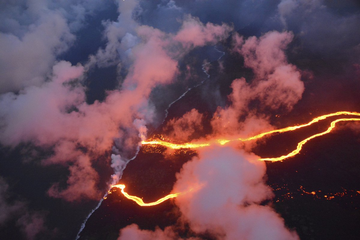 #Hawaii helicopter evacuation readied as new #lava stream hits ocean https://t.co/gfgt7bk2nO
