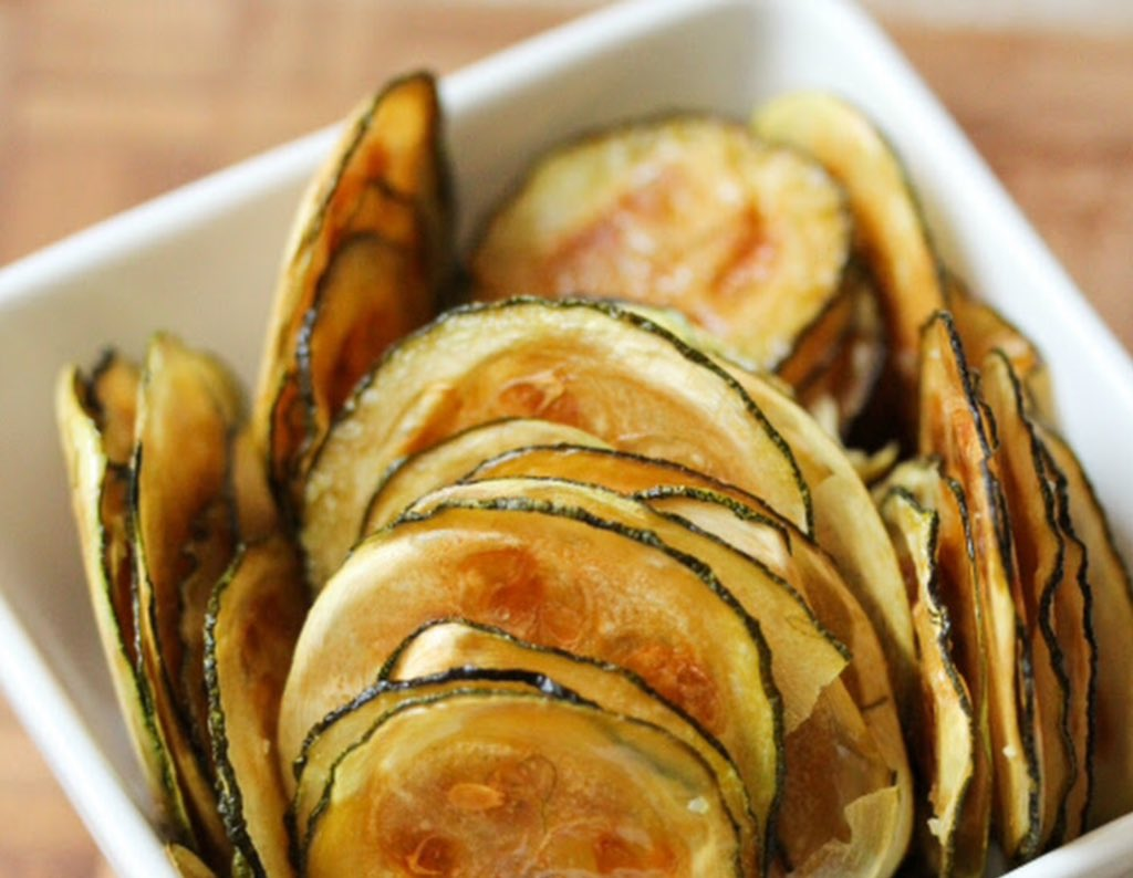 Courgette chips, very thinly sliced courgettes roasted in a hot over coated in oil #pku friendly!  <br>http://pic.twitter.com/9pZCEazdvl