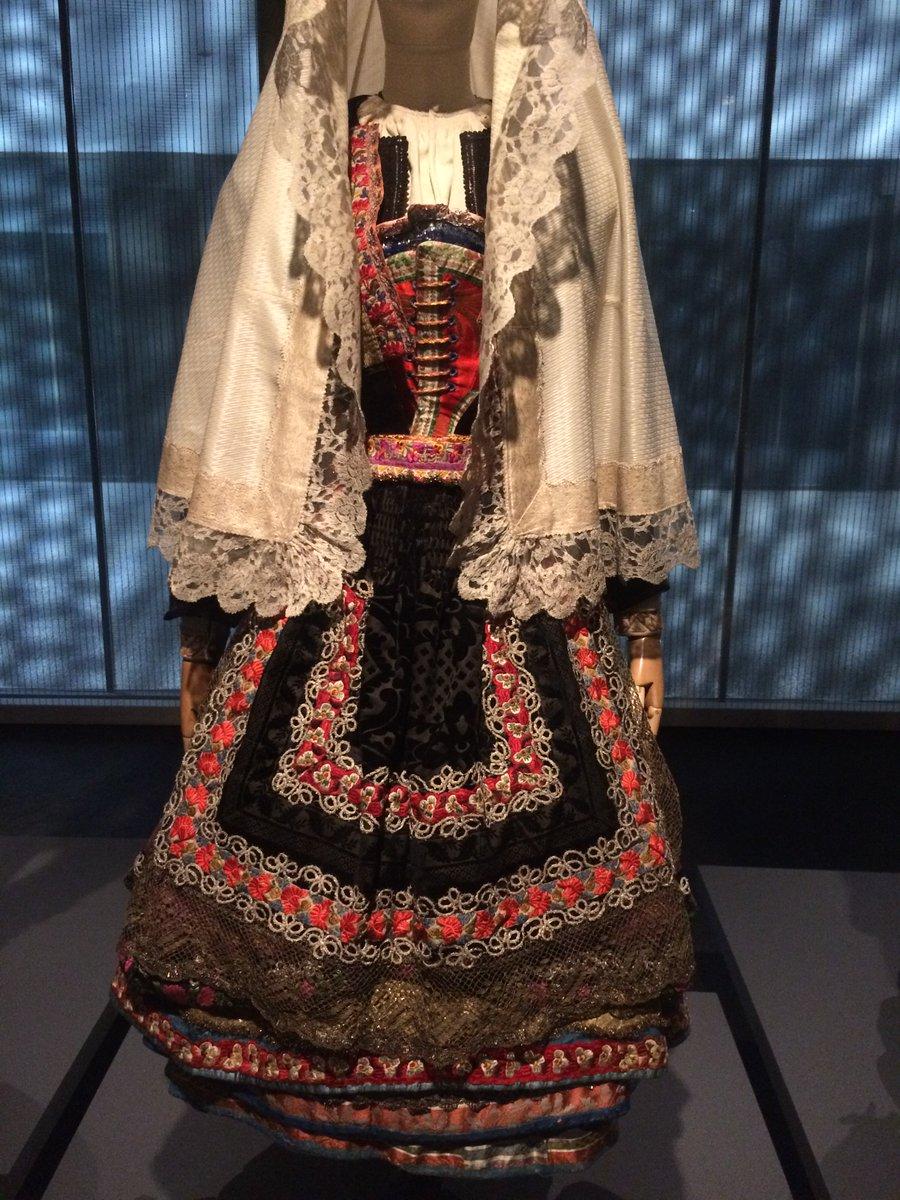 """399a6445520b ... emblemáticas de mostrar estatus  mediante la acumulación de joyas –traje  """"de vistas"""" de La Alberca-"""