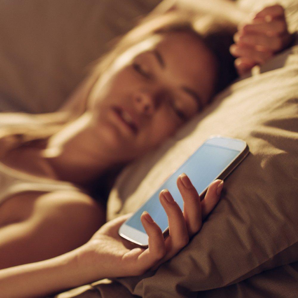 Врач рассказала о влиянии вибрации и излучаемой энергии смартфона на здоровье человека