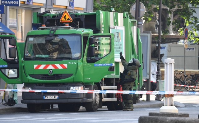 France Paris: Two people arrested after stealing a garbage truck in Paris. TEDAX is inspecting the vehicle for explosives.