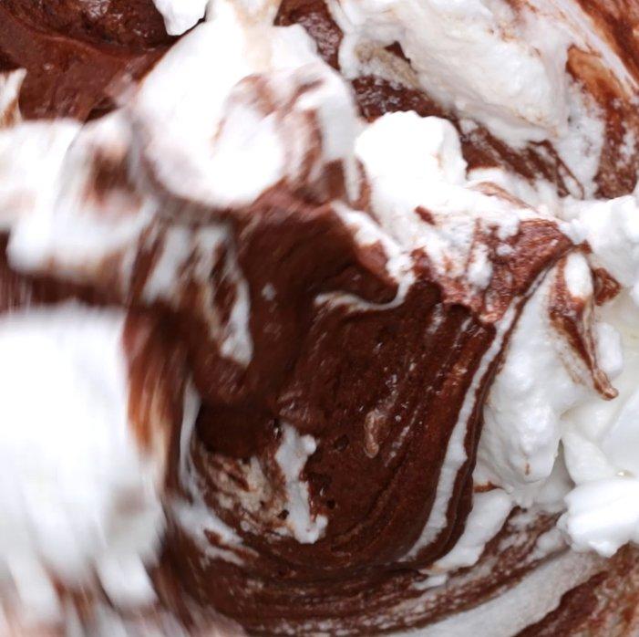 6. 別のボウルに卵白を入れ、ハンドミキサーで泡立てる。白っぽくなってきたらグラニュー糖を2回に分けて加える。ツノが立つまで泡立て、しっかりとしたメレンゲを作ったら、(5)にを2回に分けて加え、そのつどよく混ぜる。