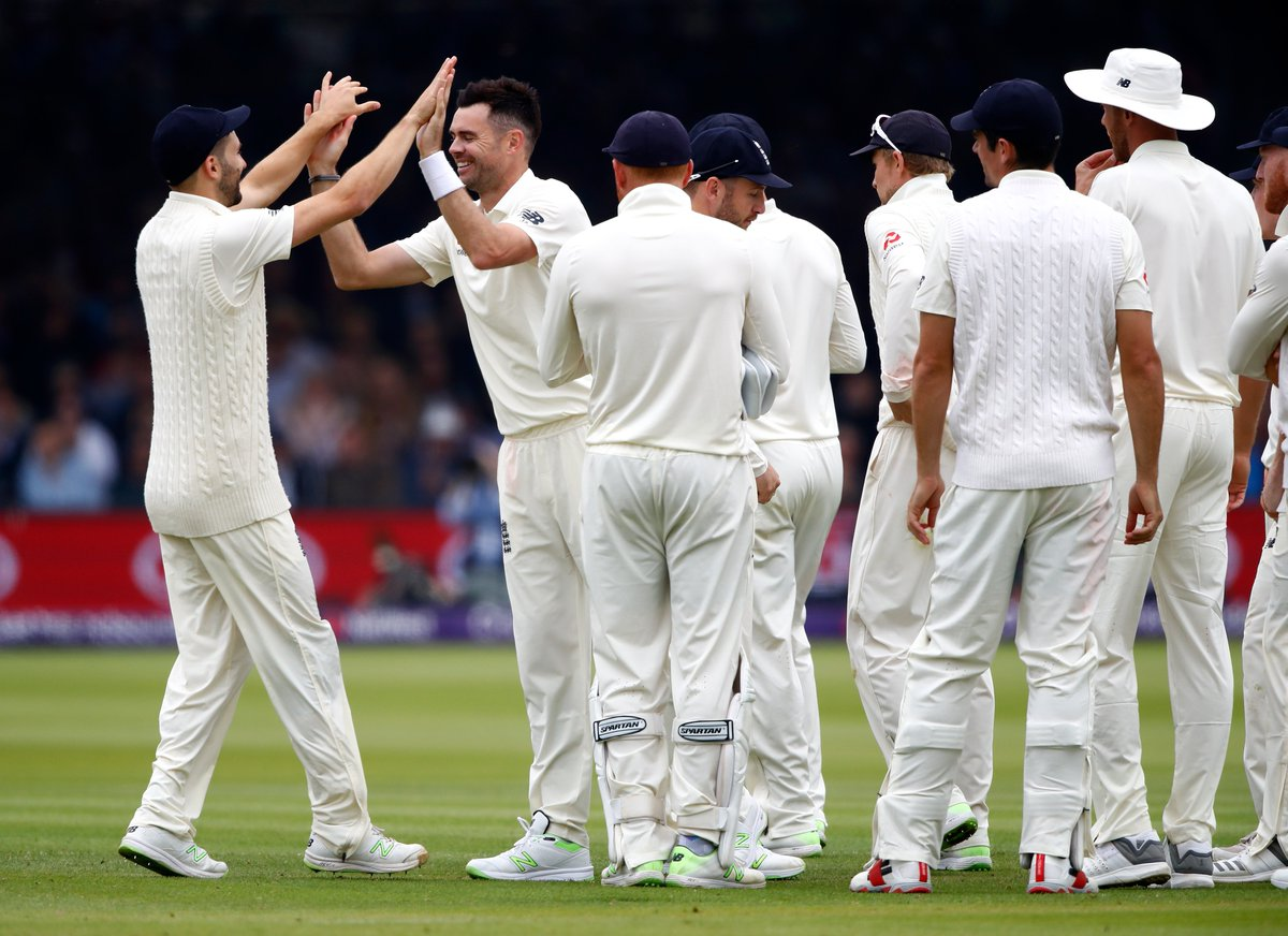 🍴 LUNCH  How do we think the morning session went?  Shafiq 28* Babar 8*  Pakistan 136/3 trail by 48  LIVE: 📻@5liveSport 🎥@BBCSport app 💻https://t.co/8P7oNfPNAA  🌎https://t.co/xUPMF50tGJ   #bbccricket #ENGvPAK