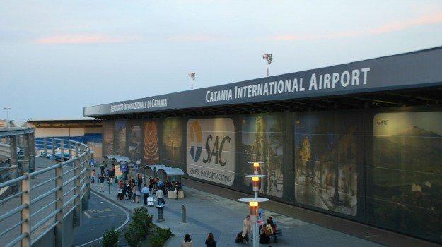 Problema ad un motore, atterraggio d'emergenza all'aeroporto di #Catania https://t.co/Zb9is0jTwg