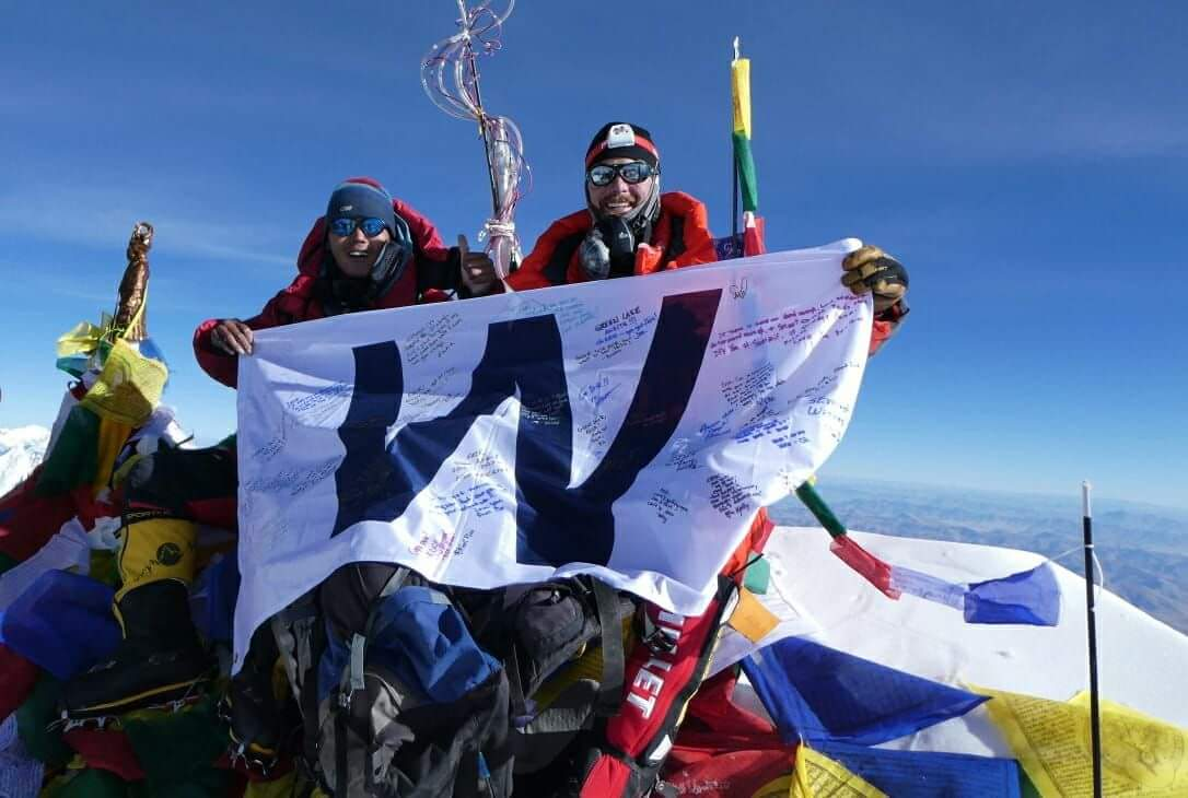 .@Cubs Flying the W on the top of the world! #MtEverest<br>http://pic.twitter.com/ne1Ndz46Df