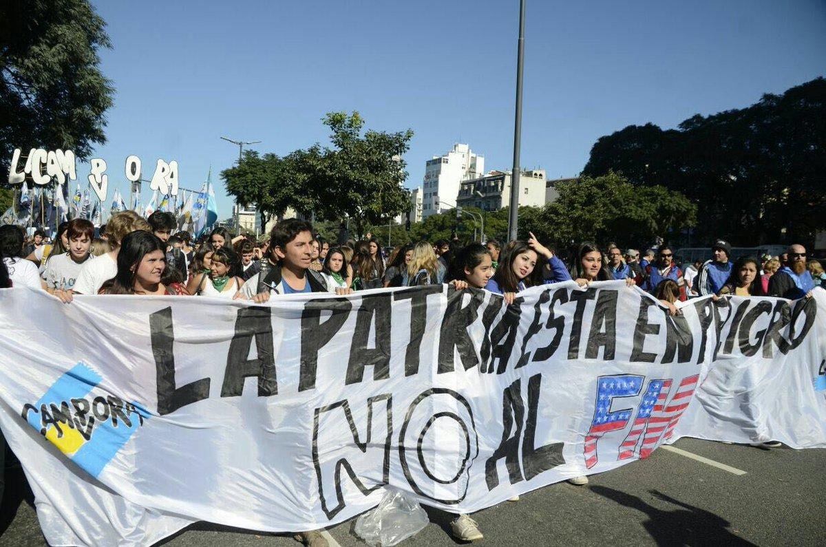 Argentinos marcham contra o FMI em celebração ao aniversário de de independência do país.