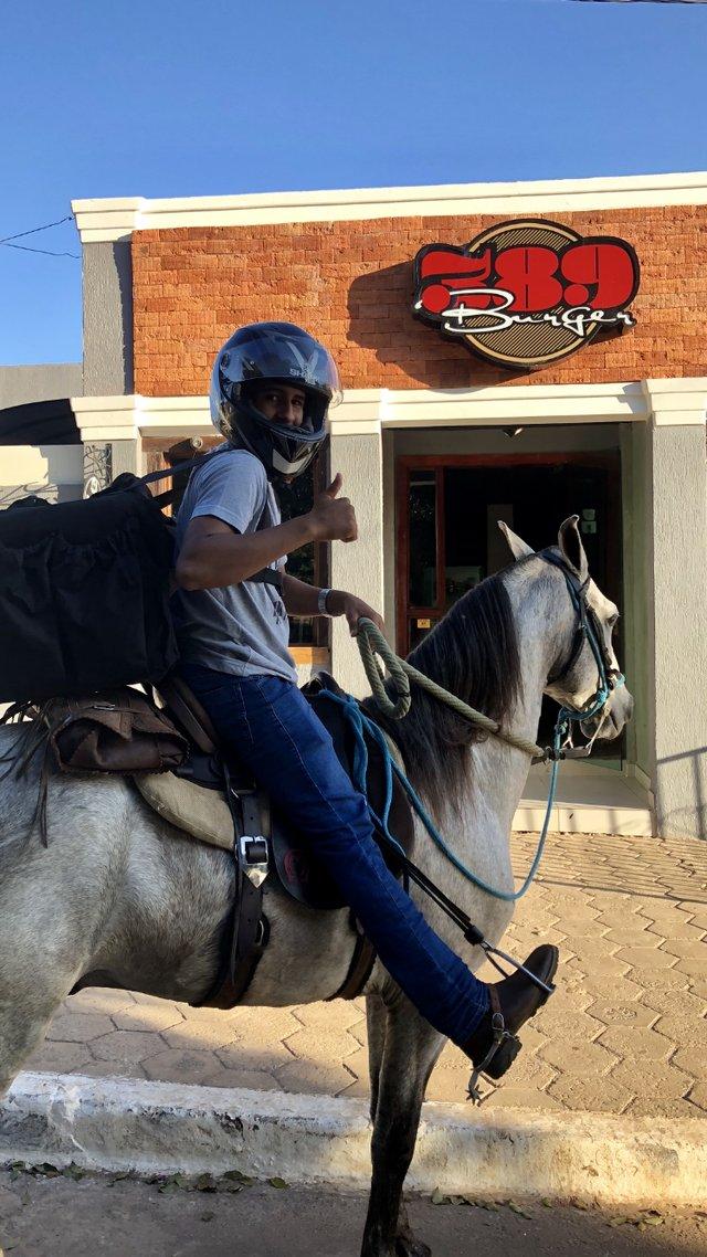 Hamburgueria de Brasília usa cavalos em delivery por falta de combustível; veja vídeo https://t.co/e7MZX6NWUL #G1 #Greve