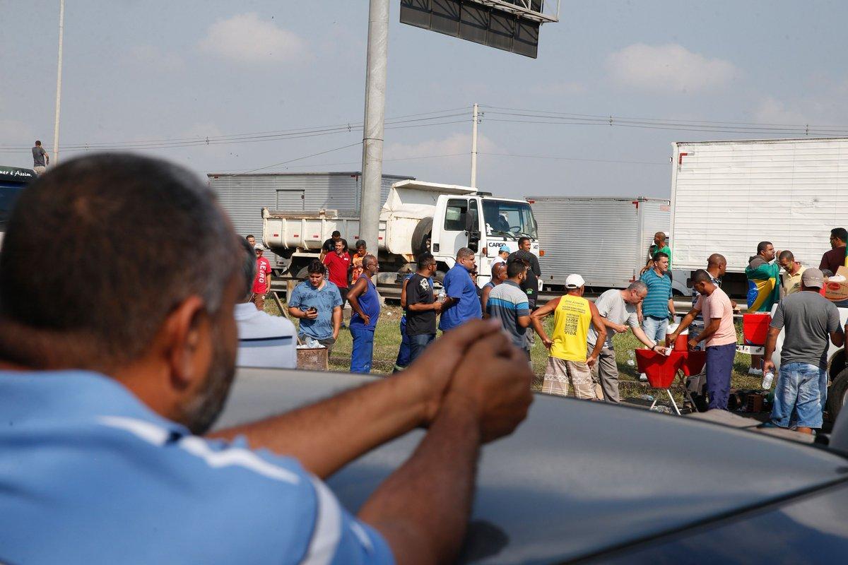 Acionar as Forças Armadas contra bloqueios é 'apagar fogo com gasolina', dizem centrais sindicais → https://t.co/dtcVuHq4aU