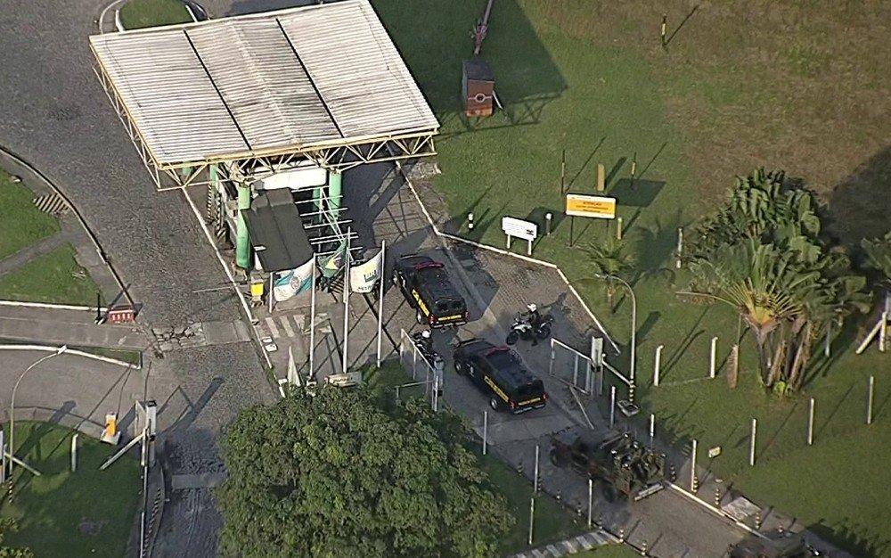 Forças federais entram em refinaria no RJ; caminhoneiros protestam na porta https://t.co/Q0IRziNXZb #greve #G1