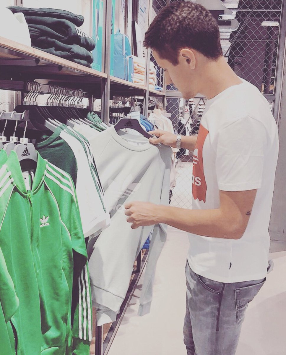 Ander Herrera dey shop for adidas wears as e dey think about hin life 'Spain why now? I no kill person' manutdinpidgin.com/2018/05/25/and…