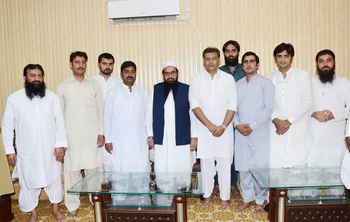 According to @nadeemawan_  Bureau chief of various channels paid at the Friday prayers Khyber mosque after Prayer met with #JUD Head #HafizSaeed  #Ramadan  #رمضان_كريم  <br>http://pic.twitter.com/mEBhxhf3Xs