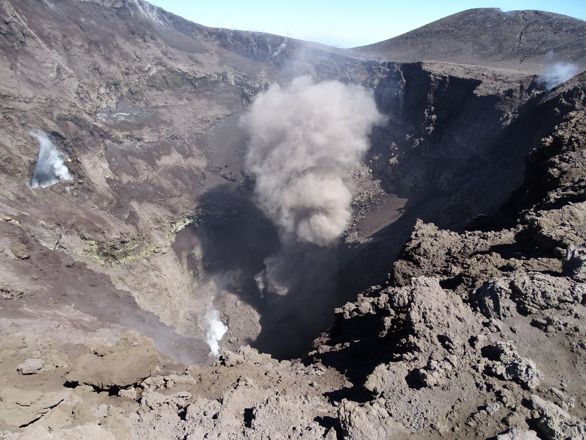 Etna&#39;s Northeast Crater with small emissions of ash (old pulverized rock), 25 May 2018 <br>http://pic.twitter.com/9foQ1g8Pi5