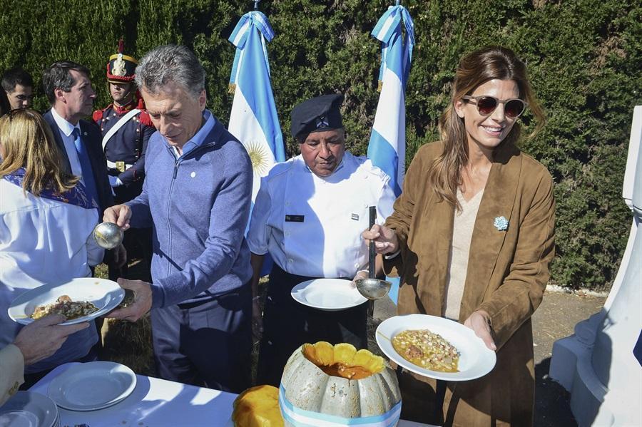 RT @LANACION: Macri recibió a jubilados en la quinta de Olivos y les sirvió locro  https://t.co/k4n1dwwjbL https://t.co/InXq0eWdto