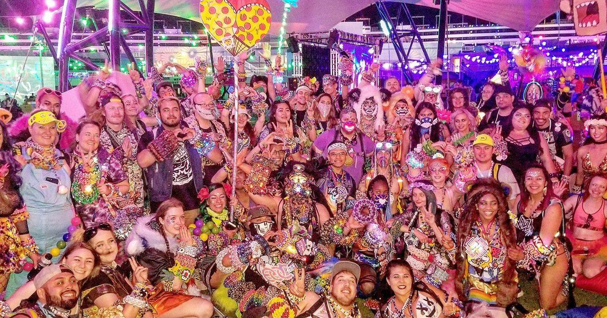 Hundreds of dollars worth of beads in one photo lol. Kandi kids galore! One of my favorite pics from the weekend. #EDCLV2018<br>http://pic.twitter.com/lZAktC5HJf