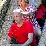 定期的にディズニーランドのスプラッシュマウンテンに乗って娘ちゃんに頭を掴まれてるブルース・ウィリスの画像を見たくなる。